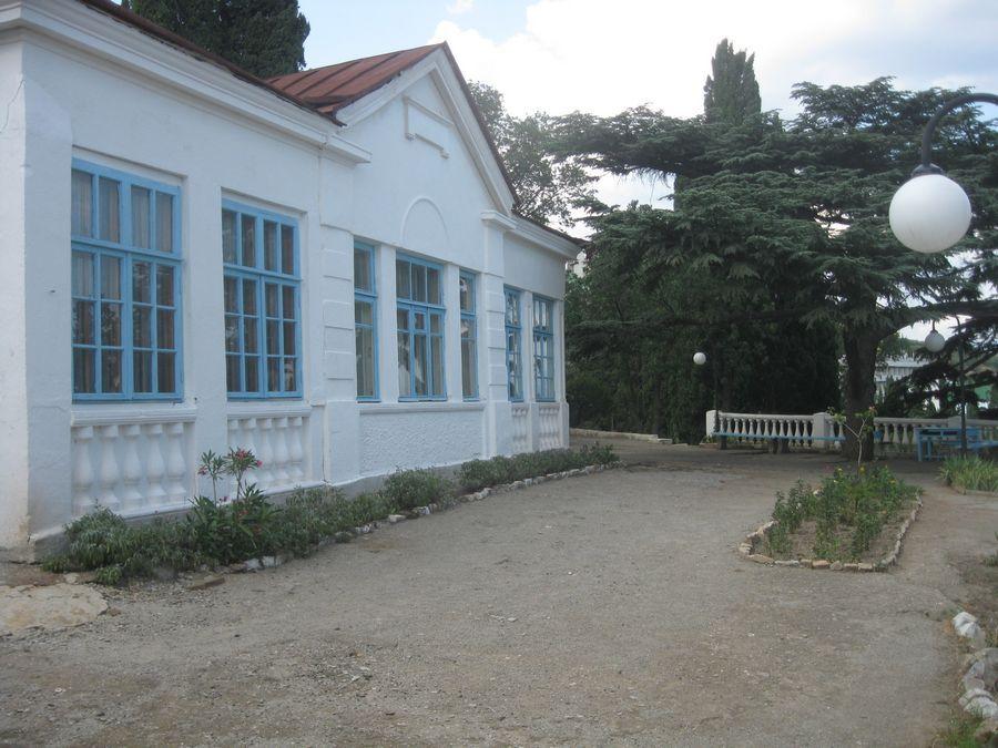 двор дома-музея И.С. Шмелева в Алуште